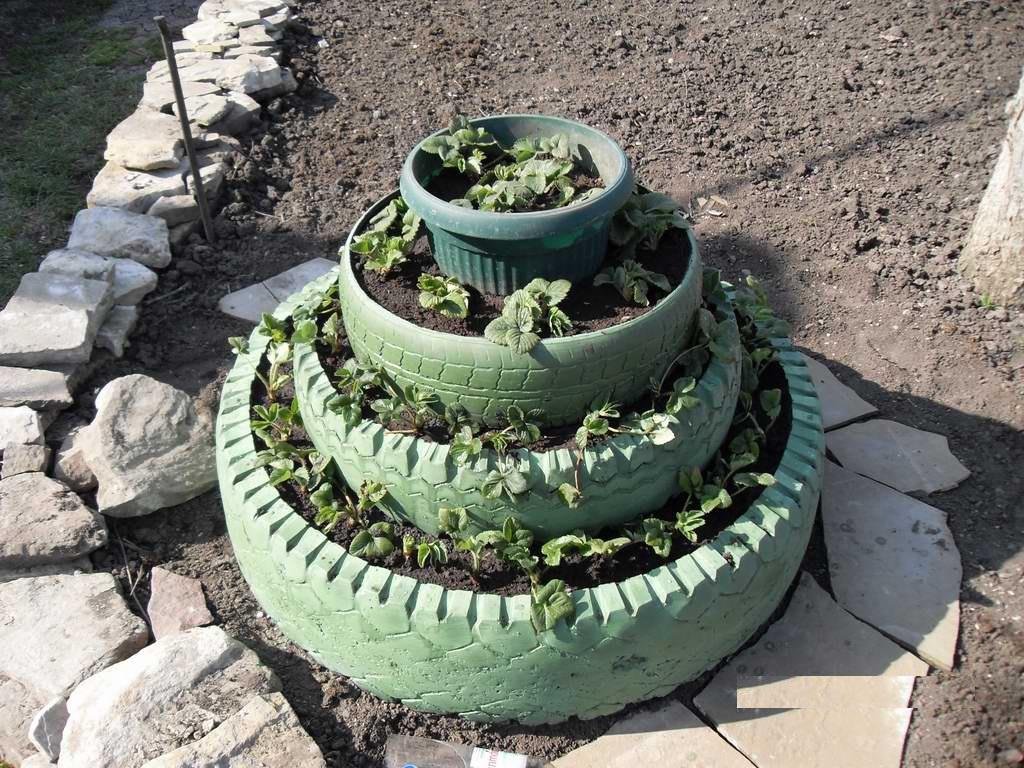 Пирамида для выращивания клубники из старых покрышек
